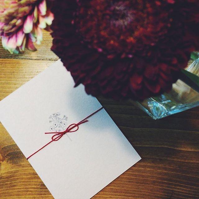 【shioli_______】さんのInstagramをピンしています。 《. 来週の大安に向けて 🌹 せっせ、せっせ。 . . #wedding#招待状#結婚式招待状#ペーパーアイテム#桜#赤い紐#ピンクの紙#followme#weddingparty#ガーベラ#結婚式#20170325#プレ花嫁#和婚#権八披露宴#赤坂氷川神社挙式》