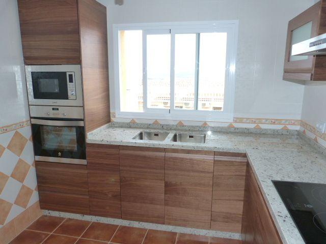 Cocina de madera con encimera naturamia cocinas montadas for Encimeras de cocina