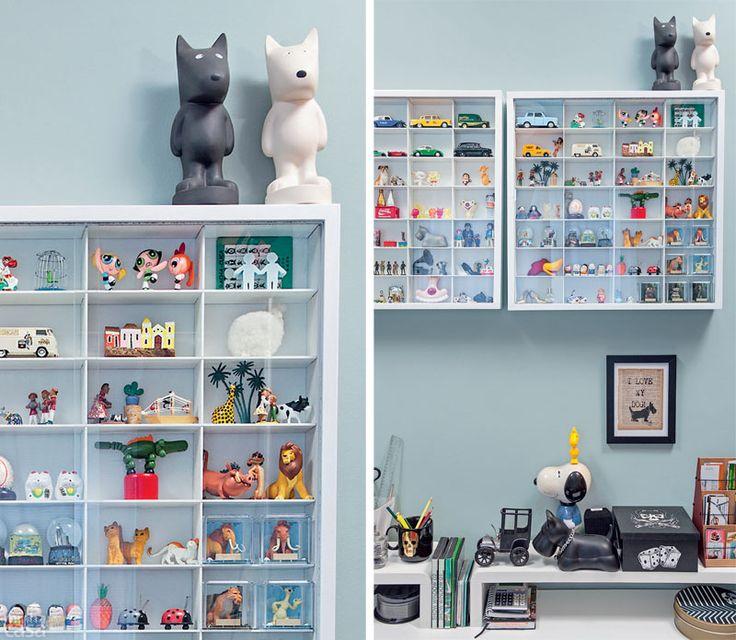 Vitrines na parede do apê expõem coleção de miniaturas ...