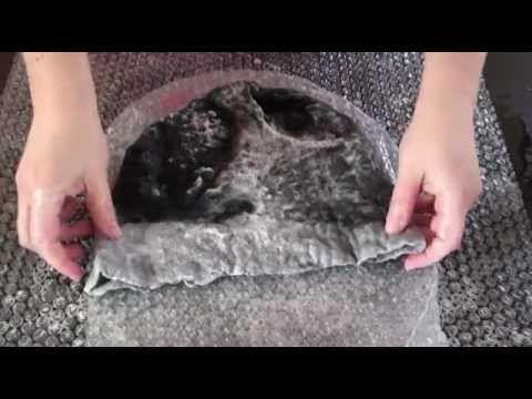 LAINE FEUTREE : fabriquer un chapeau ou un bonnet ou des chaussons http://www.femme2decotv.com et la boutique http://www.femme2deco.com vous offrent cette vidéo : réalisez des chapeaux, des pantoufles, des chaussons en laine feutrée. Un jeu d'enfant et de belles idées de cadeaux. Découvrez notre rubrique laine feutrée : http://femme2deco.com/184-laine-feutree