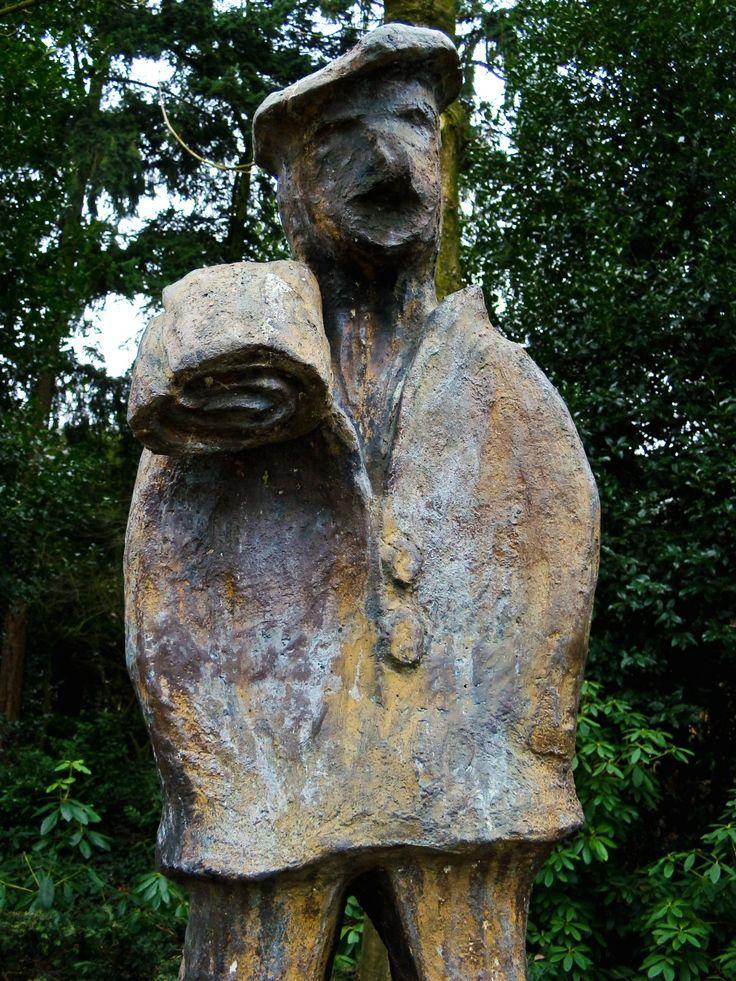 """De Wever door Christ van Oyen op het Ridderplein in Gemert. Deze wever / Drumknaauwer stond model voor de hoogst haalbare Carnavalsonderscheiding in Gemert (dat in Carnavalstijden Waeverstad heet). Jaarlijks, op 11-11 (d'n elfde van d'n elfde), wordt """"Het Drumknaauwerke"""" op het Ridderplein door de Prins uitgereikt."""