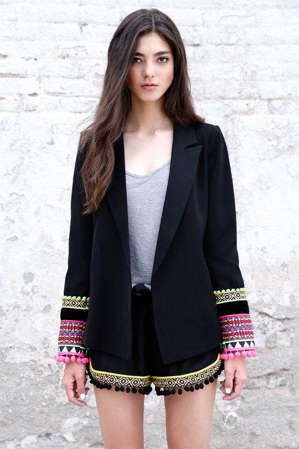 Esta chaqueta adornada coloridas cintas es un básico para la noche y el día. Un toque exótico en un clásico de solapa en pico de aire masculino. Puños adornados con fornituras Solapa de pico cruzada Hombreras básicas Bolsillos de plastrón Forrada completamente 100% Poliéster Lavar en seco Diseñadoen Barcelona