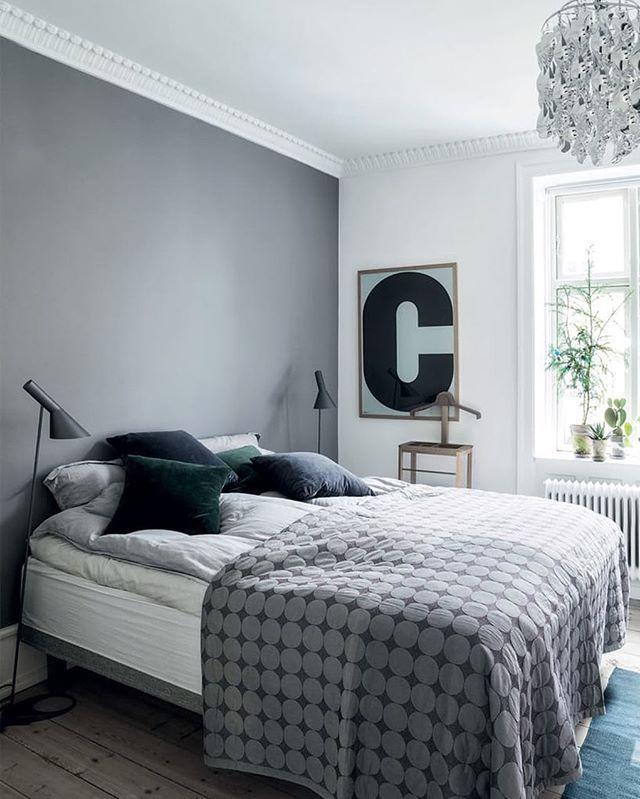Den varmegrå farve på bagvæggen i soveværelset trækker rummet sammen og skaber et mere hyggeligt look.  Foto: Frederikke Lea. Af: #soveværelse #sengetæppe #hay #boligmagasinet