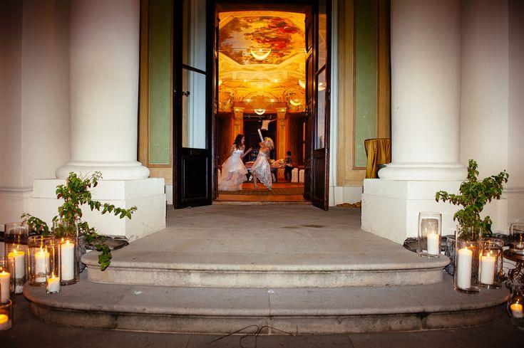 Chateau Liblice.Свадьба в Чехии. Свадебный фотограф в Чехии: счастливое завершение свадебного дня, танец невесты с лучшей подружкой
