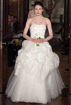Esküvői ruhák Carolina Herrera-tól - Divathírek - Divat & Stílus - Carolina Herrera 2011 tavaszára tervezett menyasszonyi ruha kollekciója teljesen elbűvölt. Csodaszép ruhaköltemények, különleges megoldások, extravagáns kalapok... ráadásul a fekete színt annyira profin csempészi bele az összeállításokba, hogy azok egy cseppet sem veszítik el esküvői jellegüket.  http://www.stylemagazin.hu/hir/eskuvoi-ruhak-carolina-herrera-tol/3632/