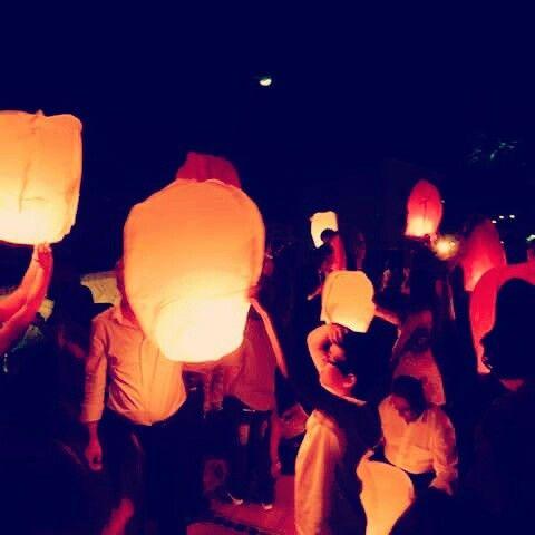 Lanterne volanti per matrimoni e feste.