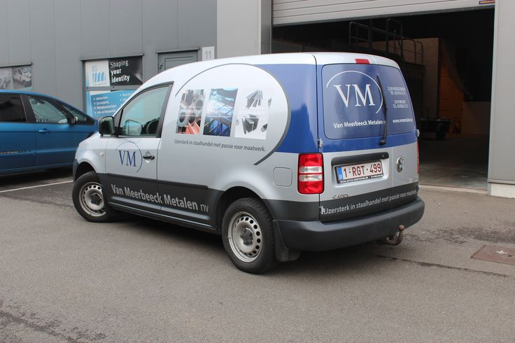 VW Caddy: Dienstwagen van Van Meerbeeck Metalen in Hoogstraten. Combinatie van wrapfolie, one way vision op de achterruit en bestickering met full color prints.