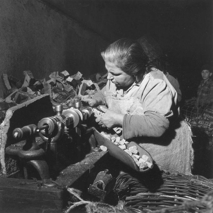 Série Profissões, fabrico de rolhas de cortiça. Alentejo, décadas de 50/60.