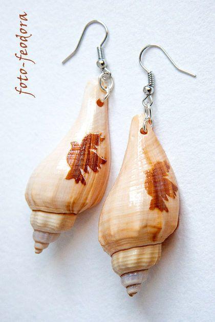 Крупные легкие серьги из морских ракушек бежевого цвета. Использованы раковины морских моллюсков, выгравирован голубь; а также металлическая фурнитура под серебро.