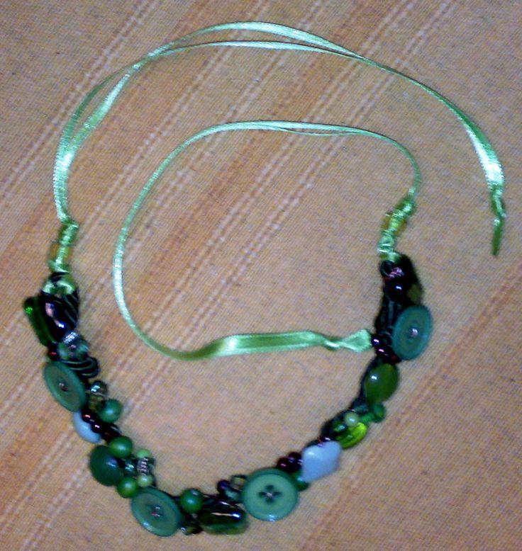 collana con bottoni, perline e bottoni