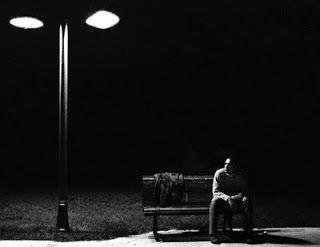 Desolação é a palavra. Não teria querido dizê-la, mas enfrentá-la é tudo o resta quando se olha com olhos de olhar em frente o que restou da devastação: desolação. As ruas da cidade, ainda ontem habitadas por gentes esperançosas, são agora caminhos desabitados quando ao cair da noite vislumbro,