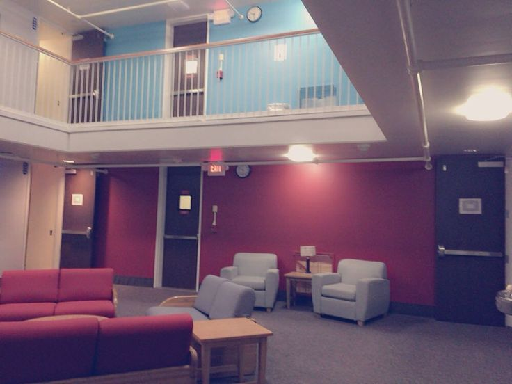こんにちは皆さんのバレンタインはいかがでしたか 今回は寮についてです 私の大学の寮には個人の部屋とは別にみんなの共有スペースとしてロビーがあります ここで集まって話したり宿題を一緒にやったりとにぎやかになるスペースです自分の部屋で過ごすのもいいですがここで他の部屋の友達たちと集まってわいわいするのもすごく楽しいです 寮に住むと友達たちとすぐに集まれる所が寮生活の魅力のつですルームメイトともいい関係を築けば寮の生活はより楽しくなります 良い所だけでなく悪い所もありますが私はすごく楽しく寮で過ごせましたたまに他の部屋が騒がしすぎる日もありましたが もちろんホームステイの魅力もたくさんありますので決める時は両方の意見を聞いてからしっかり考えてみてください Yuka / @yuyuyu__ka #留学#アメリカ留学#ニューヨーク#カリフォルニア#大学生#大学生活#大学#寮#studyabroad #America#NY#CA#NewYork#California#college#collegelife#collegestudents#headers#dorm#domitory by…