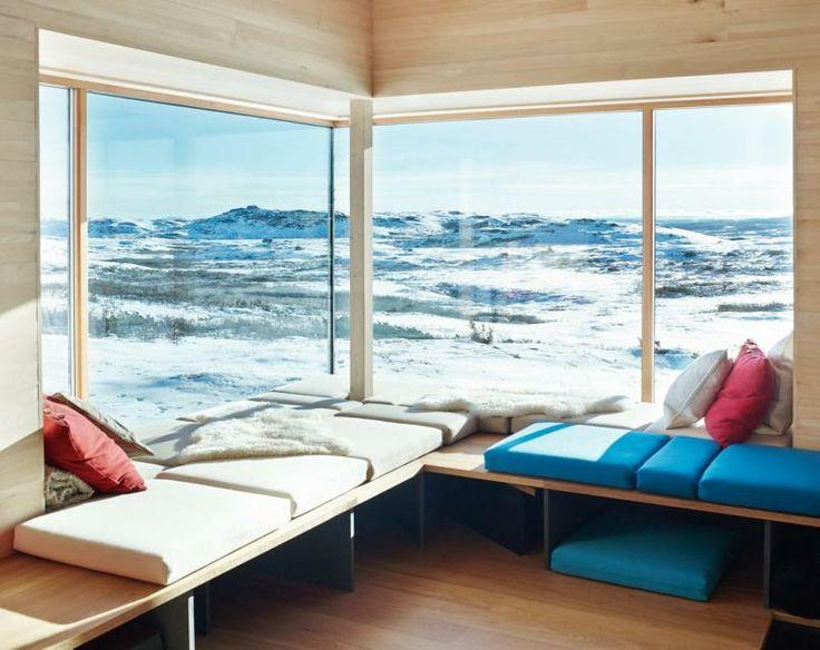 HERLIG UTSIKT: Allrommet med det store hjørnevinduet er favorittplassen. Utsikten omfatter Hardangervidda, Hallingskarvet og Jotunheimen.