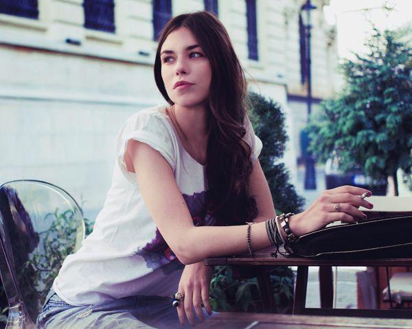 Ana Ularu este imaginea liniei de tricouri Alina Petcan
