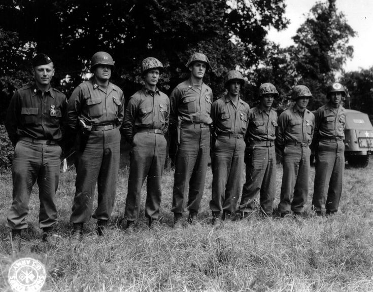 Huit Rangers du 5 th Ranger Bn. viennent de recevoir la DSC pour leurs actions le 6 juin 1944 et lors de l'assaut de la pointe du Hoc. Voici les noms dans l'ordre avec les compagnies d'appartenance, de G à D: LTC Max Schneider C.O of the 5 th Ranger Bn , Capt George Whittington B.Co , 1st Lt Charles H.Parker A.Co , 1 st Lt Francis W. Dawson D.Co , Sgt Willie Moody C.Co, T/5 Howard Mc Kissick C.Co , Sgt Denzil R Johnson A .Co , Pfc Alexander W Barber Medical Det.