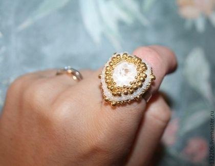 Купить или заказать Помолвочное Кольцо 'Сердце красавицы' 4 варианта в интернет-магазине на Ярмарке Мастеров. Кольцо с подвеской сваровски в виде сердца.Кольцо яркое и броское.Камень переливается всеми цветами радуги. Кольцо на металлической регулируемойоснове.Подойдет на любой пальчик. Можно использовать Как помолвочное кольцо. Можно сделать кольцо разного цвета и формы.