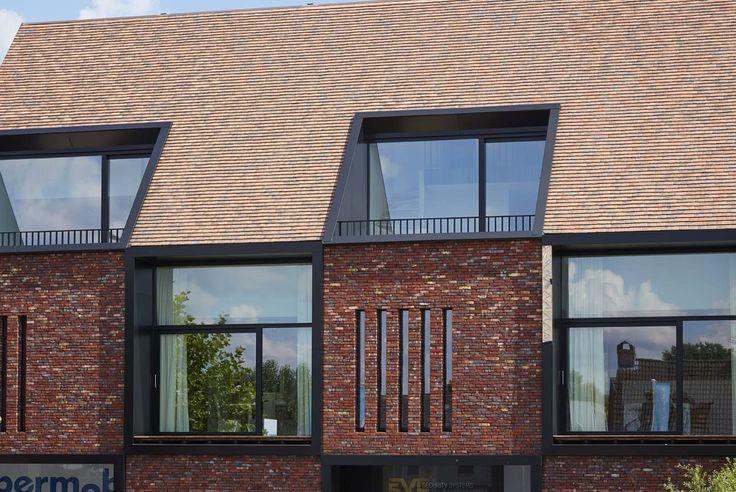 Les matériaux utilisés pour la façade et le toit sont similaires, mais tout de même différents. Par souci du détail, les façades ont été réalisées en briques Terca Hectic. Le matériau de couverture avec son mélange de tuiles plates Koramic dans des teintes de terre a été harmonisé à a brique de parement choisie, créant ainsi une harmonie des couleurs et nuances. (CAAN architecten, Gent)