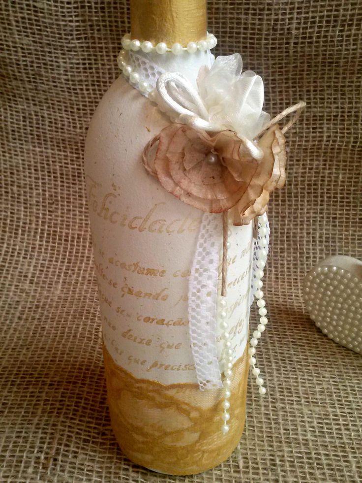 Decore seu ambiente com essa linda garrafa. Materiais utilizados: renda, flor de seda, flores de filtro de café e pérolas.  * Não acompanha flores.