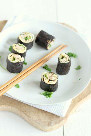 Sushi wraps met tonijn. Een lekker lunch recept of borrelhapje. En makkelijk te maken (zonder rijst) met een omelet, tonijn, wasabi en koriander.
