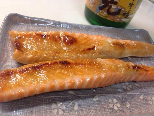料理というほどではありませんがシンプルに塩焼きで。 - 15件のもぐもぐ - チリ産トラウトサーモン(ます)はらすの塩焼き。日本酒は玉の光純米吟醸。 by chemicalsweet