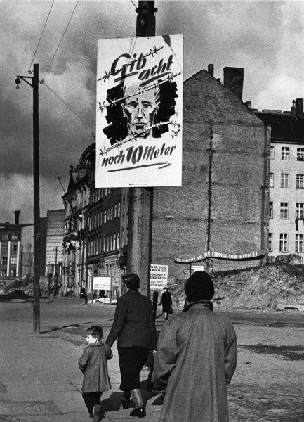 """""""Gib acht - noch 10 Meter"""": Übergang zum Ostsektor in Berlin-Kreuzberg (Waldemarstraße, Ecke Dresdner Straße; Foto von 1953). Bis zum Bau der Berliner Mauer 1961 waren die Grenzen zwischen Ost und West durchlässiger."""