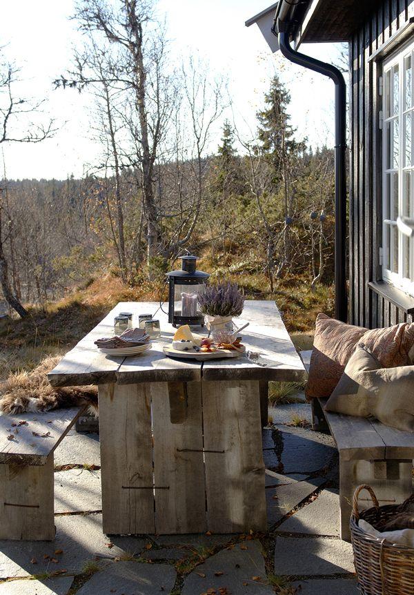 <p>Plassen på fremsiden av hytta bruker familien mye. Her er det sol, lunt og gode stoler, samt spiseplass.Utemøblene er kjøpt av Fru Blom. Dette er utemøbler som tåler å stå i vær og vind. De gråner med årene og får en flott patina.</p>