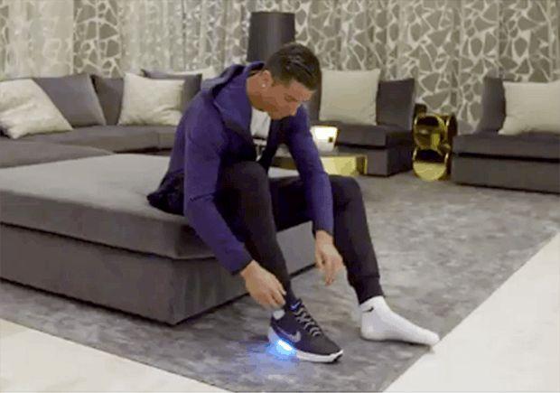 """Cristiano Ronaldo   """" calzado del futuro """" ...... La tecnología no se detiene y no solo llega hasta nuestros equipos móviles o computadores, sino en la forma en la que vestimos y calzamos, de ahí que Nike haya decidido lanzar estos nuevos tenis que dejarán a más de uno sorprendido."""