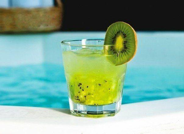 Ricetta del cocktail analcolico Kiwi e limone. Ingredienti: 2 kiwi, succo di mezzo limone, 3 cucchiaini di zucchero, acqua frizzante, foglie di menta, ghiaccio.