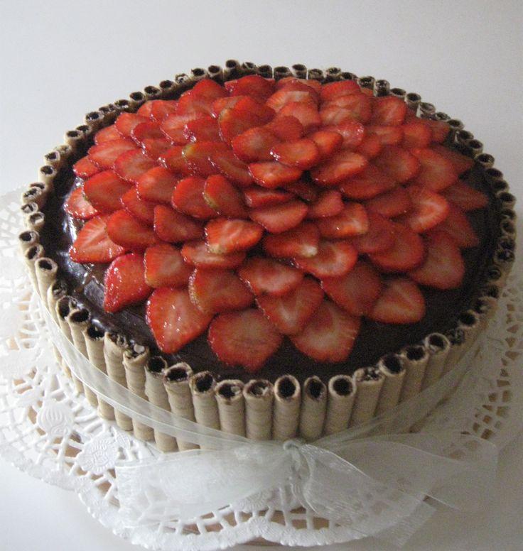 Čokoládový dort s jahodami Chocolate cake with strawberries