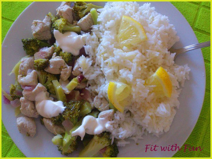 In pieno stile Fit with Fun, la ricetta del Riso Freddo al Limone con Pollo e Broccoli è semplice, facile da realizzare e va a costituire un piatto completo sotto il profilo dei macro-nutrienti, ricco di vitamine e sali minerali.