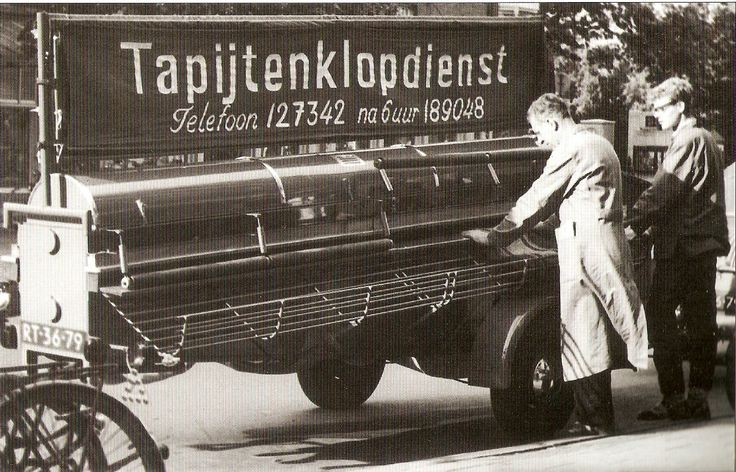 "Je tapijt laten kloppen door de tapijtenklopdienst. | Have your carpet cleaned by the ""carpet beating service""."