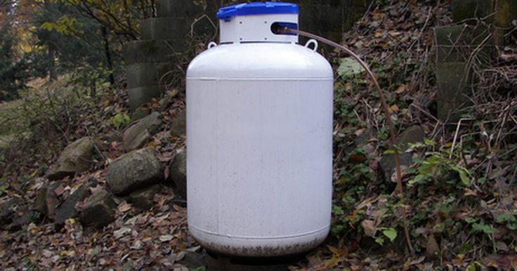 Como esvaziar um botijão de gás velho. Os botijões de gás são usados para tochas, lâmpadas em acampamento, pequenas fogueiras, churrasqueiras e com fogões. O gás no interior do botijão nem sempre é utilizado totalmente, pois a sua chama fica baixa e o calor enfraquece. As pessoas desligam os botijões e colocam um novo em seu lugar. Esvazie o botijão antigo quando for conveniente ...