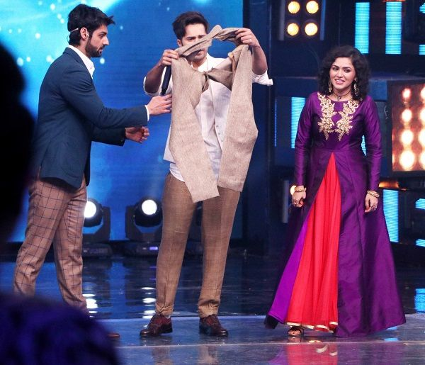Varun Dhawan's pants got RIPPED on the sets of Indian Idol 9 and this is what happened next #VarunDhawan  http://www.glamoursaga.com/oops-varun-dhawan-had-a-wardrobe-malfunction-on-the-sets-of-indian-idol-9/