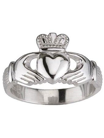 Das Freundschaftssymbol der Iren. Das Herz mit der Krone versehen, von zwei Händen gehalten, ist im 16. Jahrhundert im Fischerdorf Claddagh als Ehering entstanden. Das Herz in der Mitte symbolisiert die Liebe. Die Hände, die es umfassen, bedeuten Freundschaft; die Krone zeugt von Loyalität und Treue. Die Geschichte des Rings führt zurück ins 16. Jahrhundert, als Richard Joyce aus Galway von Piraten entführt und als Sklave an einen türkischen Goldschmied verkauft wurde. Joyce erlernte so die…