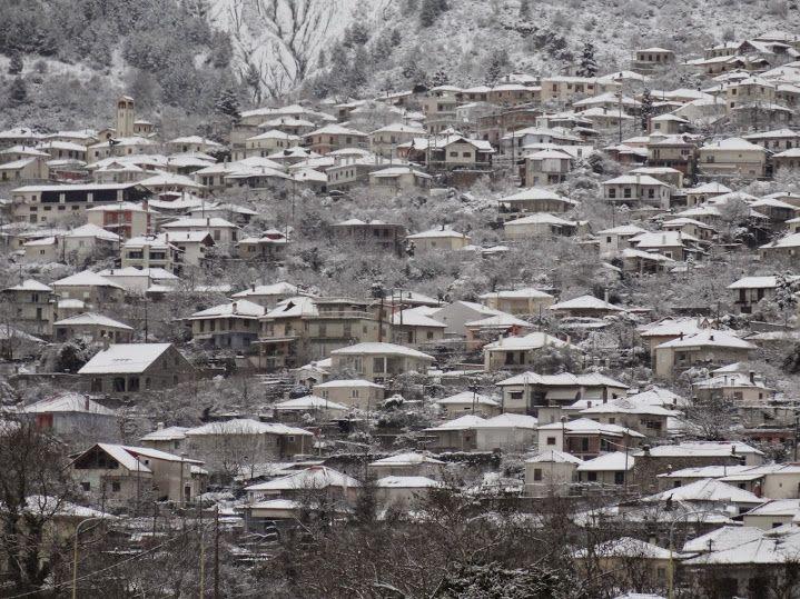 Μερική άποψη από την πόλη της Κόνιτσας που είναι χιονισμένη. Στο κέντρο της φωτογραφίας διακρίνεται και το Hotel Rodovoli. Η φωτογραφική λήψη έγινε σήμερα 9/2/2015. ***HOTEL RODOVOLI
