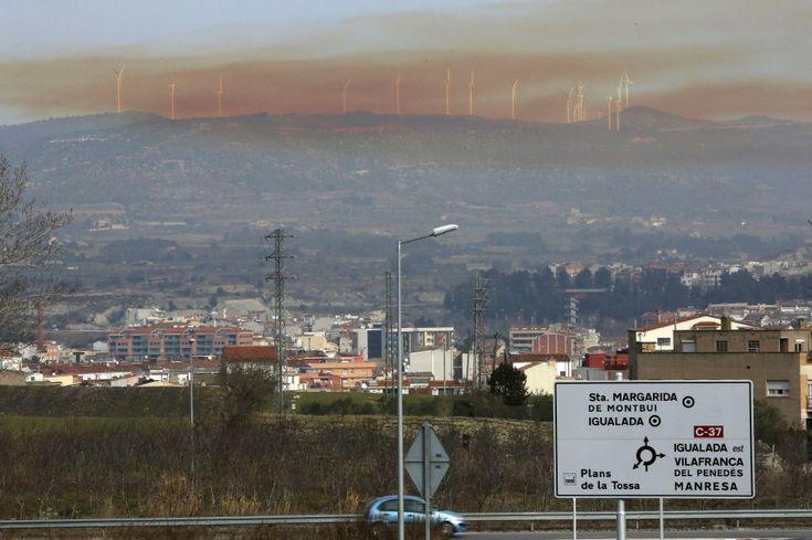 NUBE TÓXICA  La explosión se ha producido en una empresa química de Igualada. Susanna Sáez (EFE)