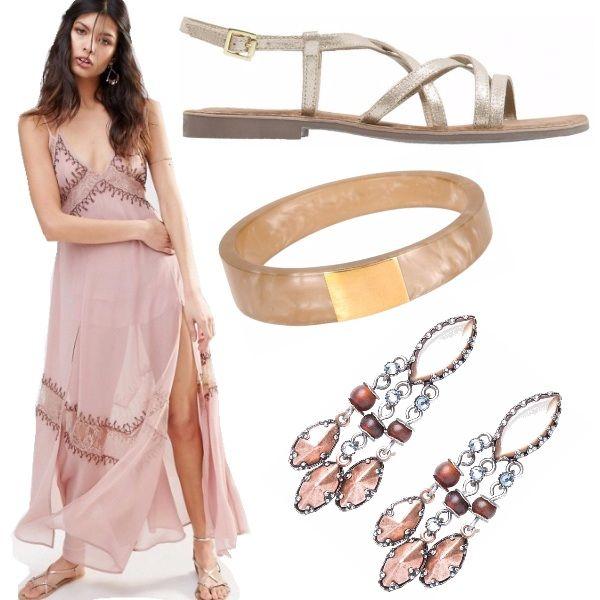 Look basato su abito color rosa antico con ricami e spacco ampio. Accostato ai sandali oro flat e gioielli marroni evoca i colori caldi e intensi della terra.
