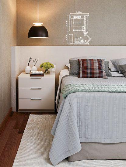 De fio de seda, o tapete (Clatt Carpetes) e a roupa de cama (Blue Para garantir o aconchego, as paredes foram revestidas de linho (JRJ Tecidos) e a cabeceira ganhou uma camada de espuma forrada de camurça (execução de Moreno Móveis). A luminária Bossinha é da Lumini. Gardenia) aceitam a marcenaria de tom off-white (Marcenaria AJS)