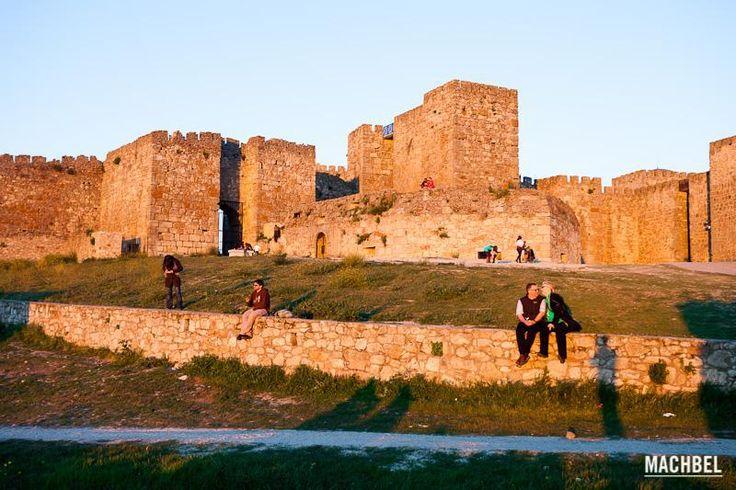 Varias parejes observan el atardecer desde el Castillo de Truijillo, Trujillo, Extremadura