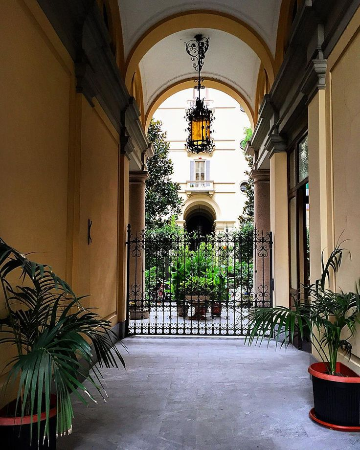 #passeggiando per #Milano #vialePiave #palazzo #condominio #ingresso #entrata #porticato #atrio #signorile #arte #lampadario #piante #tutto #curatissimo #milanodavedere #milanocity #milanodaclick #milanarchitecture #ig_milan #ig_milano by francescarollo