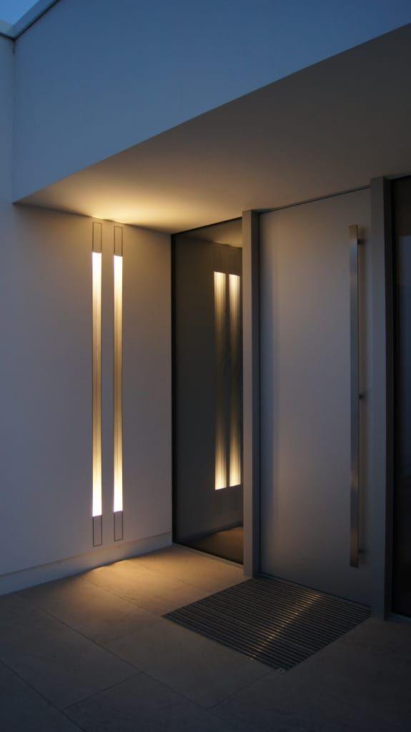 Finde moderne Fenster & Tür Designs: Hauseingangstür mit Wandbeleuchtung. Entdecke die schönsten Bilder zur Inspiration für die Gestaltung deines Traumhauses.