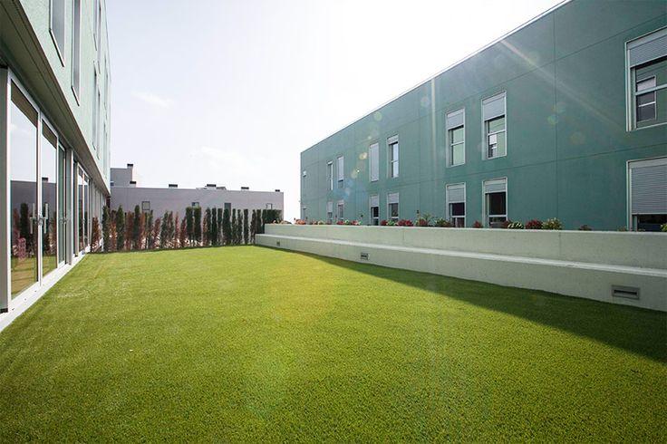Nuestra residencia geriátrica dispone de unas vistas espectaculares de Barcelona, desde donde se aprecian tanto las vistas al mar y como a la montaña. En su planta superior podemos encontrar una terraza/solarium para que nuestros residentes puedan disfrutar cómodamente de estas vistas y de los días de sol.