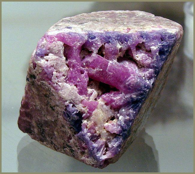 Псевдоморфоза корунда по кристаллу шпинели