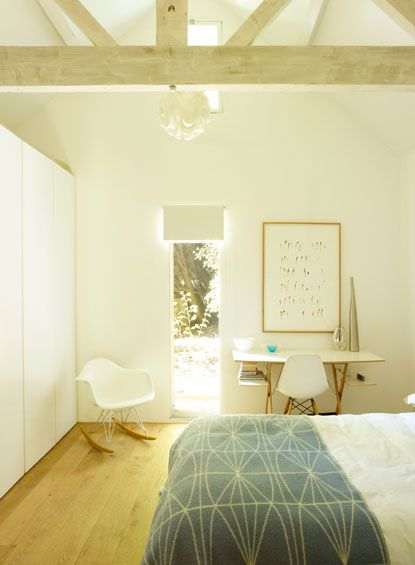 White and airy: Peace Bedrooms, Ceilings Beams, Beds Rooms, Bright Rooms, Bedrooms Design, White Bedrooms, Beams Ceilings, Bedrooms Decor, Lights Bedrooms