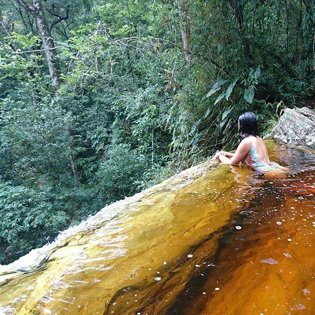 Um dos passeios incríveis que fizemos em Ibitipica foi uma trilha (uns 15km de carro e aproximadamente 2km de subida a pé) rumo a parte baixa da famosa cachoeira Janela do Céu. O grande desafio foi atravessar o rio através de pedras escorregadias e as pontes feitas de troncos de árvores. ⠀⠀⠀O visual da última queda  compensou o cansaço e subimos um pouco mais par tomar um delicioso banho gelado na borda da cachoeira! ⠀⠀⠀⠀⠀⠀⠀⠀⠀⠀⠀⠀⠀⠀⠀⠀⠀ ⠀⠀⠀⠀⠀⠀⠀⠀⠀⠀⠀⠀⠀⠀⠀⠀⠀⠀⠀⠀⠀⠀⠀⠀⠀⠀⠀⠀⠀⠀⠀⠀⠀⠀⠀⠀ #nossavidaea...