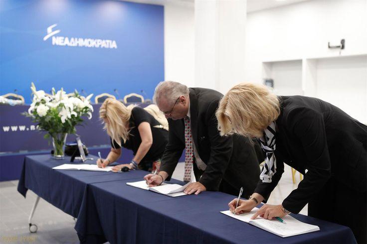Тысячи людей прощаются с Константиносом Митсотакисом http://feedproxy.google.com/~r/russianathens/~3/yu8a_eG07s4/21462-tysyachi-lyudej-proshchayutsya-s-konstantinosom-mitsotakisom.html  Более 3.000 людей всех возрастов посетили штаб-квартиру партии Неа Димократиа в Мосхато, чтобы выразить соболезнования, оставив письменное сообщение семье и близким бывшего премьера-министра Константиноса Митсотакиса.