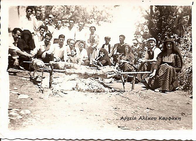 Δεκαετία '50. Καρυώτες. Πάσχα στο Σοχώραφο. Φωτογραφία του Αλέκου Καρφάκη.