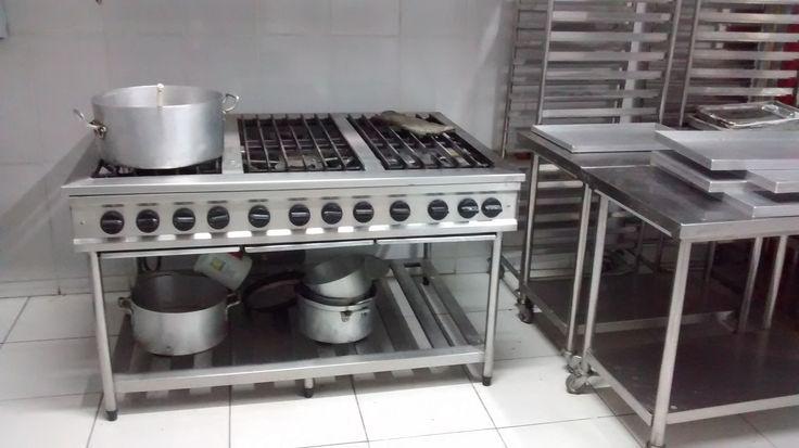 Cozinha industrial com ênfase em catering e confeitaria. Fogão 6 bocas aquecedores duplos. Armários esquelestos para os bolos e os indispensáveis carros de apoio.
