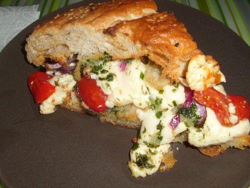 Fladenbrot mit Tomaten und Feta - Käse gefüllt