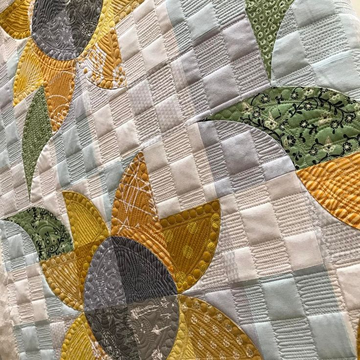 Gotta love some morning sun! ☀️ #sewkindofwonderful #gammillquilting #gammill #freemotionquilting #longarmquilting #quiltsofinstagram #quilting #quilts #quilt #qcrmini #patchworkquilt #handmade